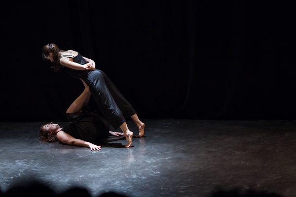 Les danseurs amateurs montent sur scène
